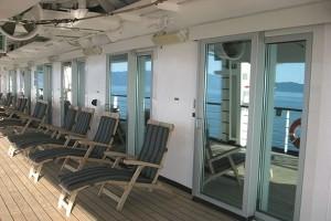 Schiebetürschließer über Federseilrollen an Kabinentüren der Luxuskabinen auf Kreuzfahrtschiffen der Holland-America-Line