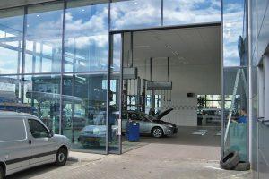Glas-Schiebetor-Autohaus